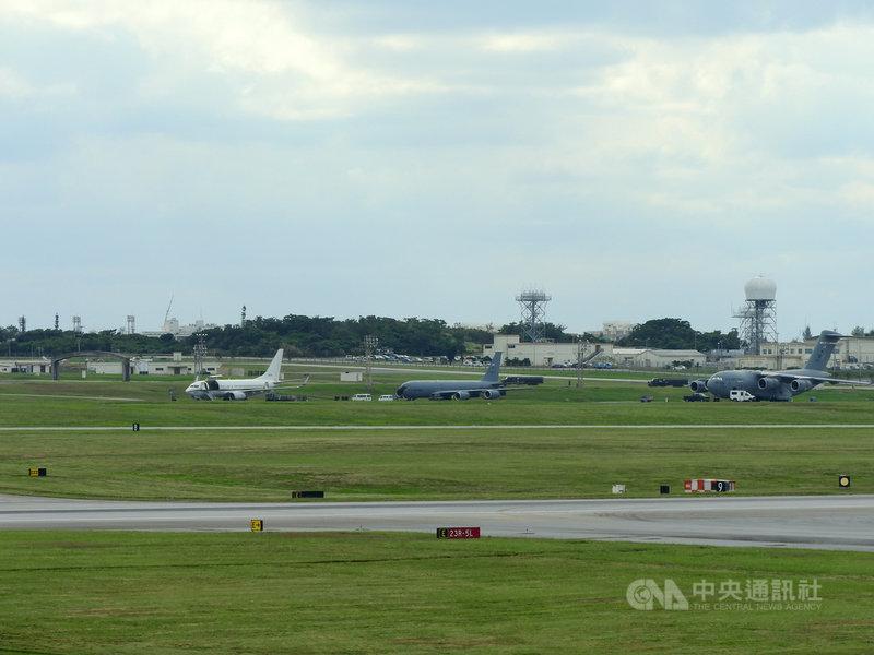 美軍1架C-40A「快船」運輸機9日上午從日本沖繩起飛,罕見自基隆穿越台灣領空,從台南外海離去。圖為美軍C-40運輸機(左)在沖繩美空軍嘉手納基地起飛前整備的檔案照片。C-17運輸機(右)以及KC-135空中加油機(中)同時在飛行線上。中央社記者郭無患攝  109年6月9日