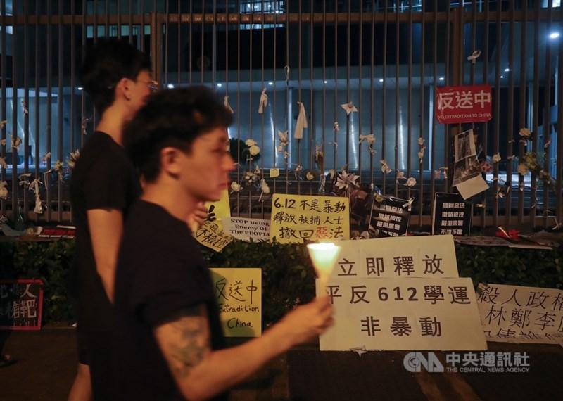 香港「反送中」運動9日踏入一週年,這場政治風波至今並未平息,仍有可能繼續香港的不穩定因素。圖為抗議人士2019年6月17日在政府總部圍欄放置標語。(中央社檔案照片)