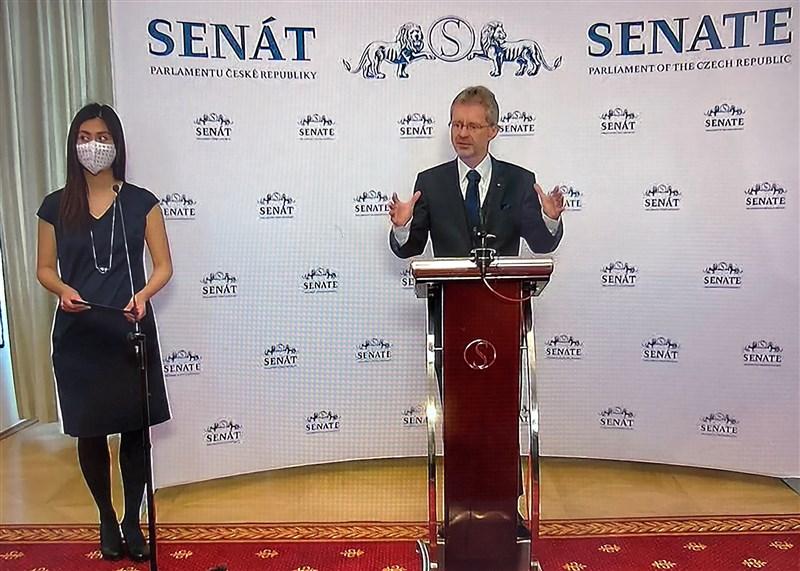 捷克參議院議長維特齊(右)9日在參院舉行的記者會上宣布訪問台灣。(翻攝畫面)中央社記者林育立柏林傳真 109年6月9日