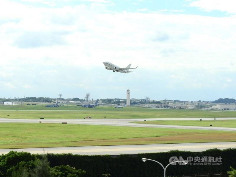 美軍1架C-40A「快船」運輸機9日上午罕見自基隆穿越台灣領空。圖為美軍C-40運輸機從沖繩美軍嘉手納空軍基地起飛的檔案照片。中央社記者郭無患攝 109年6月9日