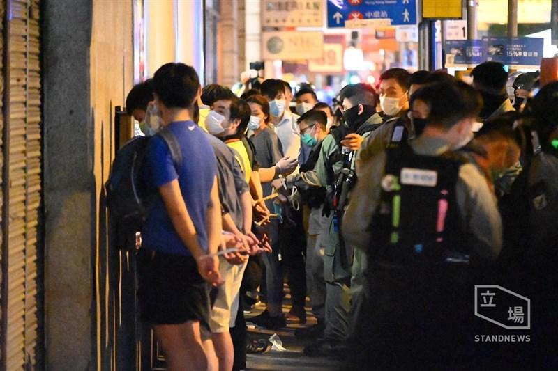 香港「反送中」百萬人大遊行一週年,9日晚間有大批港人在中環聚集,多人遭警察拘捕。(立場新聞提供)