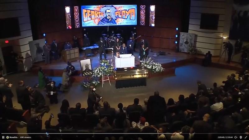 46歲非裔美國男子佛洛伊德9日告別式上有沉痛的悼念,也有要求伸張正義的呼聲。(圖取自twitter.com/nowthisnews)