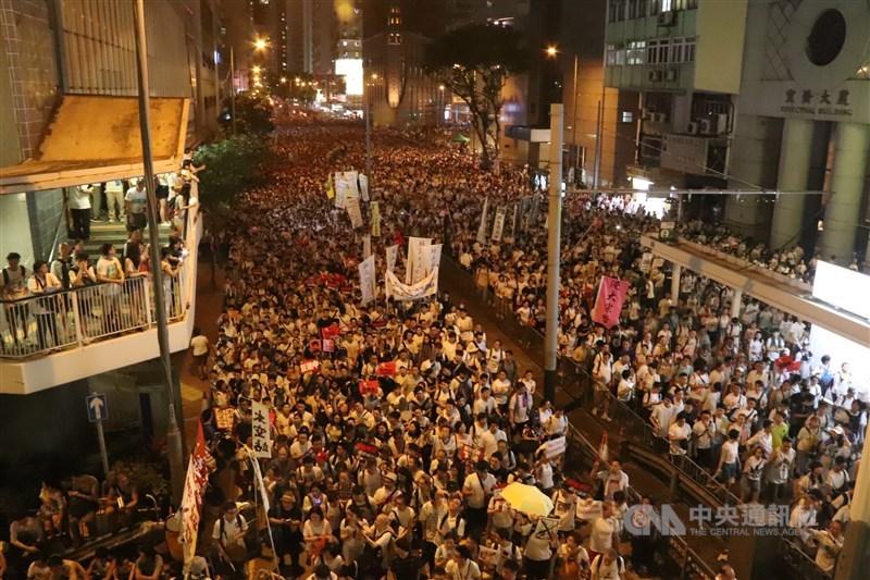 香港「反送中」運動屆滿一週年,美國國會及行政部門中國問題委員會9日重申,美國與香港人民站在一起。圖為2019年6月9日香港泛民發起「反送中」遊行,示威者晚上從灣仔進入金鐘一帶情況。(中央社檔案照片)