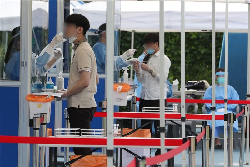 韓國大邱嶺南大學研究團隊分析武漢肺炎案例,歸類出可能造成病情惡化成重症的4大危險因素。圖為3日首爾學生正接受武漢肺炎篩檢。(韓聯社提供)