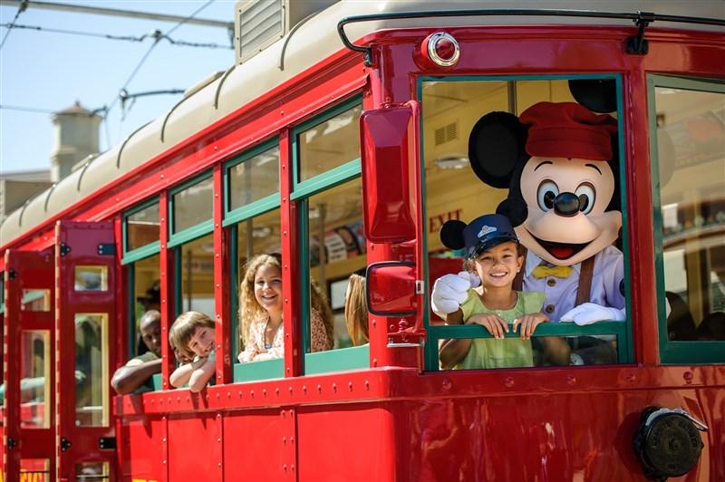 美國加州迪士尼樂園宣布7月17日重新開業的計畫,但入園遊客的活動會受到防疫限制,例如不能擁抱米老鼠或跟唐老鴨擊掌。圖為過去加州迪士尼樂園遊客與米老鼠互動。(圖取自facebook.com/DisneyCaliforniaAdventure)