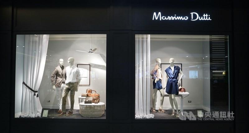 西班牙服飾品牌ZARA母公司Inditex集團規劃後疫情時代經營策略,10日宣布在全球永久關閉多達1200家旗下門市。圖為Massimo Dutti櫥窗外觀。(Inditex提供)中央社