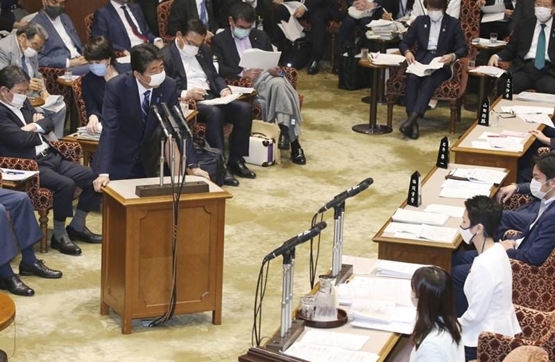 日本首相安倍晉三(立者)11日在國會表示,台灣上個月欲以觀察員身分參與世界衛生大會未能獲接納,令人感到「非常遺憾」。(共同社提供)