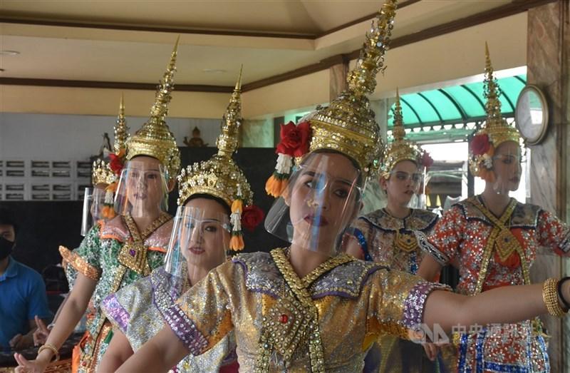 在泰國生活的外國人總是會面臨許多挑戰,最近在泰的外國人圈子最熱門的話題就是泰國景點收取外國人較高的票價,不少外國人發起抵制,希望泰方取消雙重標準的收費政策。圖為泰國知名觀光景點四面佛舞者。(中央社檔案照片)