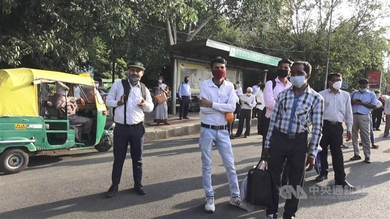 印度3階段解封首日,辦公室根據各省市政府規定,允許10%到30%的人力上班。新德里一處公車站牌,下班時出現許多搭車人潮,根本無法保持社交距離。中央社記者康世人新德里攝 109年6月8日