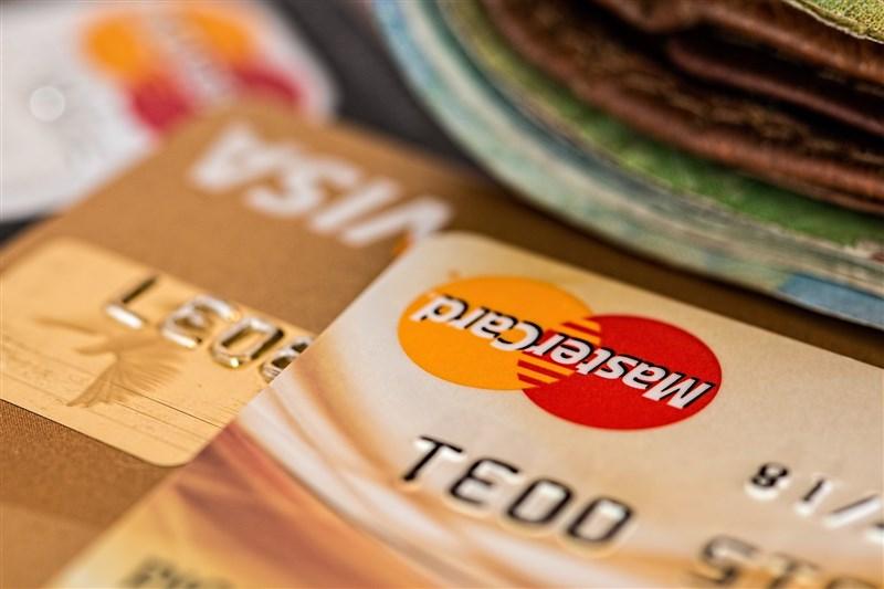 經濟部14日公布首波參與三倍券的信用卡業者所提的加碼方案,不少業者針對舊客戶祭出至少10%回饋、滿額回饋。(示意圖/圖取自Pixabay圖庫)