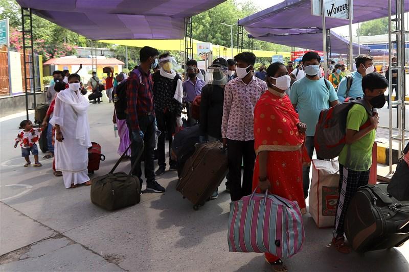 亞洲武漢肺炎疫情延燒,印度衛生當局19日發表聲明,境內通報新增1萬3586例確診,創單日新高,全國累計1萬2573人不治。圖為1日乘客在新德里車站等車。(安納杜魯新聞社提供)