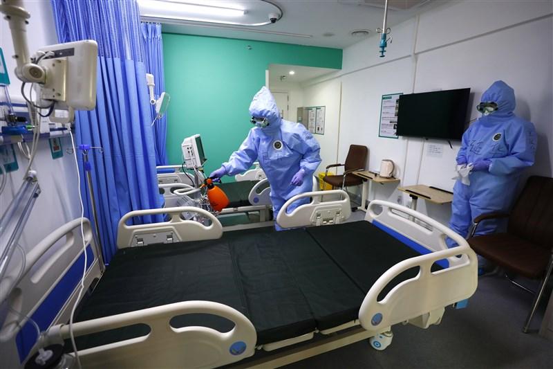 武漢肺炎疫情在中國奪走4000多條人命,有死者家屬日前對當局提告,索賠人民幣200萬元(約合新台幣840萬元)。圖為北京小湯山醫院,醫護人員在患者出院後,對病房進行消毒。(中新社提供)
