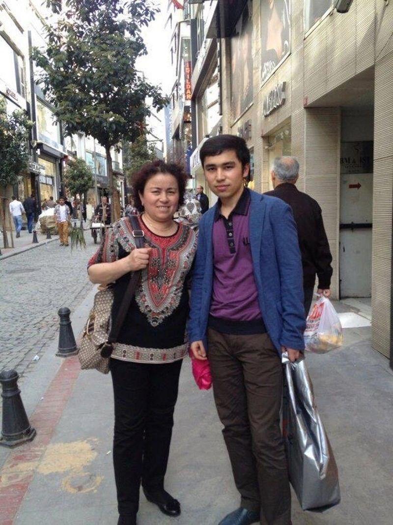 為營救繫獄母親而奔走請願的伊斯坦堡維吾爾人西爾買買提.加吾蘭(右)表示,意外接獲無法聯繫兩年半的父親致電「為中共宣傳」。圖為他母親(左)2013年訪伊斯坦堡。(西爾買買提.加吾蘭提供)中央社記者何宏儒伊斯坦堡傳真 109年3月6日