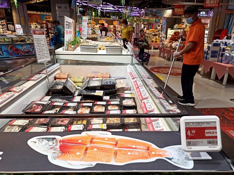 北京最近3天新增7例武漢肺炎確診,全都有新發地農產品批發市場活動史,並在該市場切割鮭魚的砧板檢測到病毒。不過,有專家表示,海鮮不太可能是傳染源。圖為豐台區一間超市。(中新社提供)中央社 109年6月13日