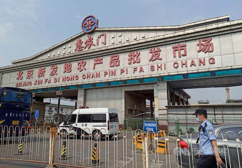 中國首都北京市當局13日宣布,昨天下午4時至午夜,新增2019冠狀病毒疾病本土確診病例4例,全部與新發地批發市場有關。圖為今天凌晨3時起已封閉休市的新發地市場。(中新社提供)中央社 109年6月13日