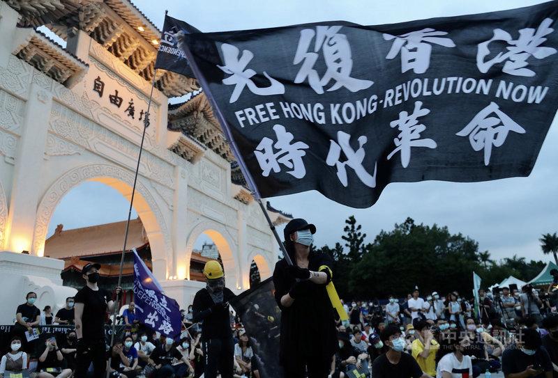 「抗爭未完,台港同行–反送中一週年613晚會」13日晚間在台北自由廣場舉行,大批民眾到場響應,寫有「光復香港 時代革命」的大旗場上飄揚,傳遞對港人追求自由民主權利的支持。中央社記者張皓安攝 109年6月13日