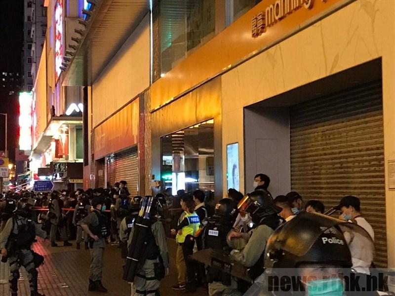 香港反送中運動包圍立法會警民衝突12日滿週年,警方派出大批警力戒備網友發起的多地活動。圖為港警在旺角朗豪坊一帶截查民眾隨身物品,部分人被帶走。(圖取自香港電台網頁news.rthk.hk)