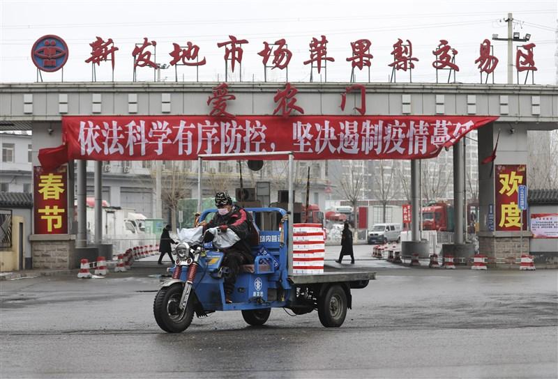 北京官方宣布新發地批發市場從業人員及環境已檢出病毒呈核酸陽性,13日清晨3時起休市,上萬名市場人員將接受核酸檢測。(檔案照片/中新社提供)
