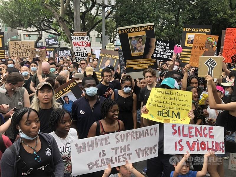 約500名民眾13日齊聚台北二二八和平公園,響應全球抗議警察種族歧視及反警察暴力示威潮,現場情緒激昂。中央社記者李欣穎攝 109年6月13日