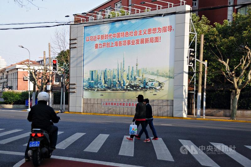 習近平重要智囊何毅亭15日在黨報上撰文,盛讚「習思想」是「21世紀馬克思主義」。圖為上海街頭的「習思想」宣傳看板。中央社記者沈朋達上海攝  109年6月16日