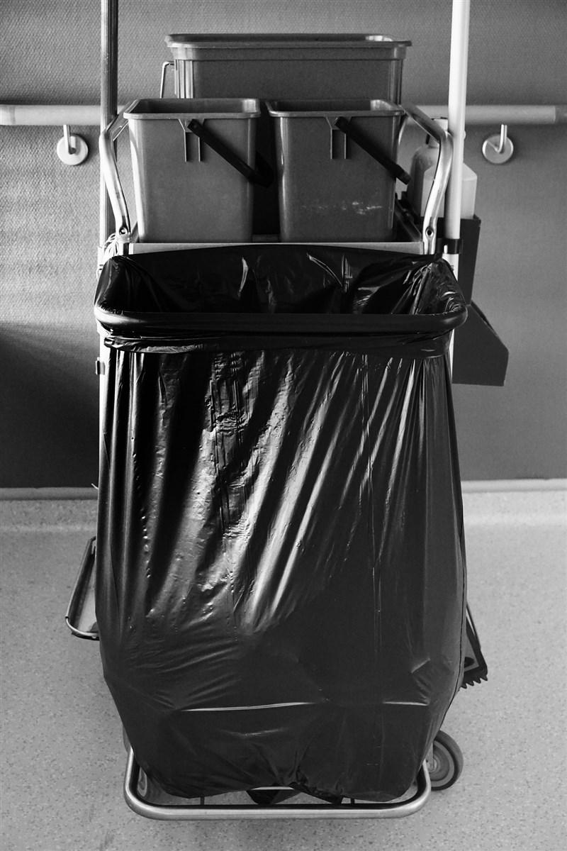 新手媽媽林女產下男嬰,於睡著時疑未注意到兒子喝完奶溢奶致噎住呼吸道窒息死亡,一時心慌將屍體用垃圾袋打包丟進大樓垃圾處理箱。雄檢16日偵結,依侵害屍體等罪嫌起訴。(示意圖/圖取自Pixabay圖庫)