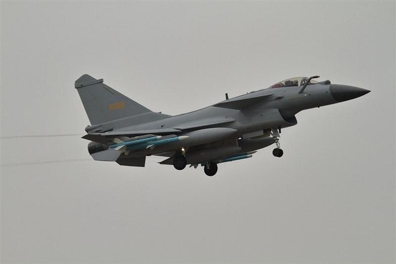 空軍司令部21日表示,中午偵獲中共殲10型戰機短暫進入台灣西南空域。圖為殲10同型機。(圖取自維基共享資源;作者Alert5,CC BY-SA 4.0)