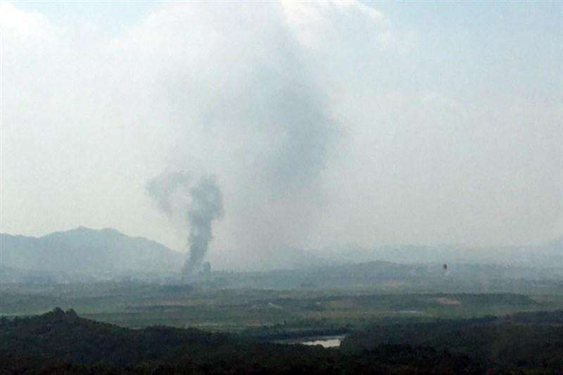 北韓開城工業園區一帶16日下午傳出巨響和煙霧,韓國統一部表示,北韓在當地時間下午2時49分對兩韓聯絡辦公室進行爆破。(韓聯社提供)