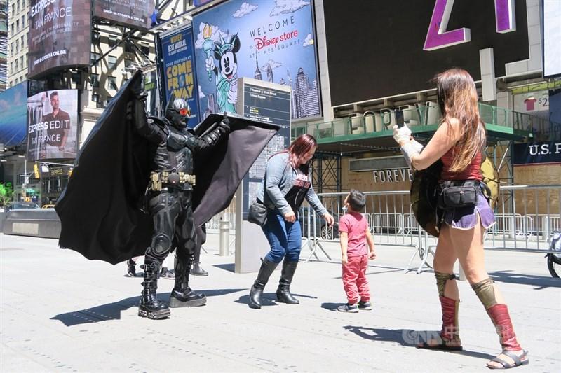 紐約市美東時間8日邁入經濟重啟第一階段,扮成蝙蝠俠與神力女超人的街頭藝人回流,吸引遊客合照賺錢。中央社記者尹俊傑紐約攝 109年6月9日