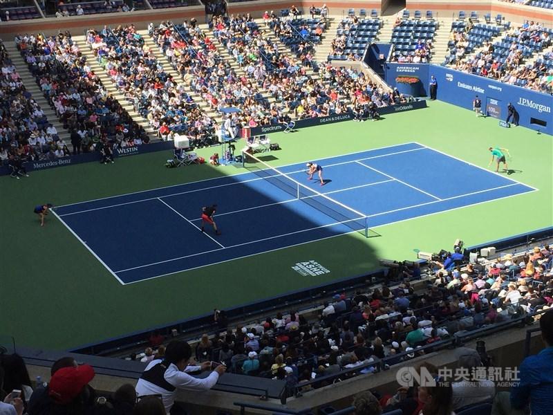 美國紐約州州長古莫16日宣布,美國網球公開賽將如期在8月31日至9月13日舉行,不過現場將不開放球迷觀戰。圖為2017年美國網球公開賽比賽情形。(中央社檔案照片)