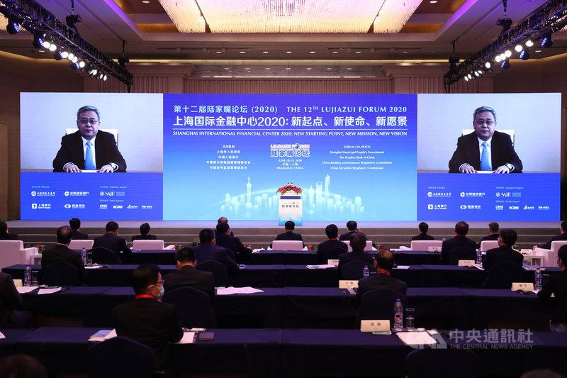 第12屆陸家嘴論壇18日在上海開幕,中國銀保監會主席郭樹清透過視訊發表主旨演講。他直言,各國因疫情祭出大規模財政金融刺激措施,會造成通貨膨脹等後遺症。(中新社提供)中央社 109年6月18日