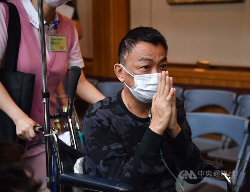 台大醫院18日為2019冠狀病毒疾病(COVID-19,武漢肺炎)重症康復者舉行「慶生」記者會,50餘歲A先生(前)表示,他昏迷超過30天,非常謝謝台大醫院,在這麼短的時間,讓他從心臟停止到可以出席記者會。中央社記者王飛華攝 109年6月18日