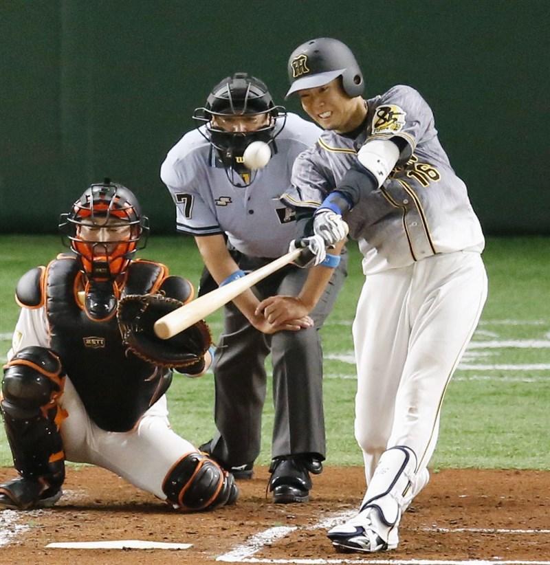 日本職業棒球在延宕約3個月後19日正式開打,東京巨蛋舉行的讀賣巨人隊對阪神虎隊,阪神隊西勇輝在第3局率先擊出全壘打。(共同社提供)