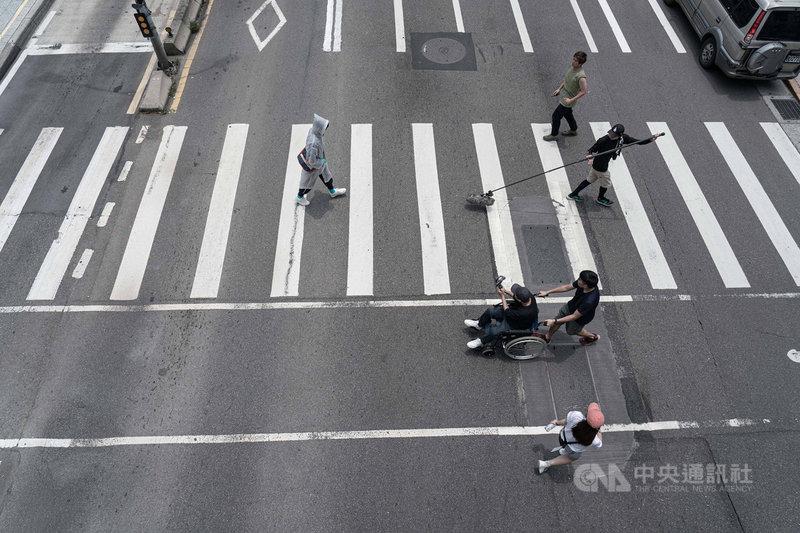 導演廖明毅執導電影「怪胎」,全片皆以iPhone拍攝,劇組分享,以iPhone拍攝過馬路鏡頭,不需封街或架設地面滑輪,廖明毅能直接坐著輪椅,和演員一起過紅綠燈並拍下畫面。(牽猴子整合行銷提供)中央社記者王心妤傳真 109年6月19日