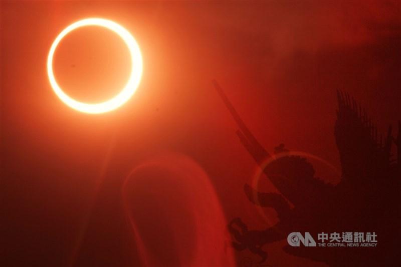 天文盛事日環食21日下午登場,台灣本島下午2時48分起陸續進入日食可見範圍內。圖為2002年台灣北部日環食。(中央社檔案照片)
