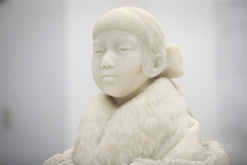 黃土水以半圓凹入呈現眼珠的效果,使得少女更有靈性生氣。(中央社記者王騰毅攝)