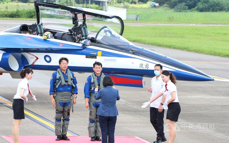首架勇鷹新式高教機22日上午在台中清泉崗機場正式首飛,成功降落後,滑行進入記者會場,總統蔡英文(前中背對者)比出大拇指向2名飛行員致意。中央社記者謝佳璋攝 109年6月22日