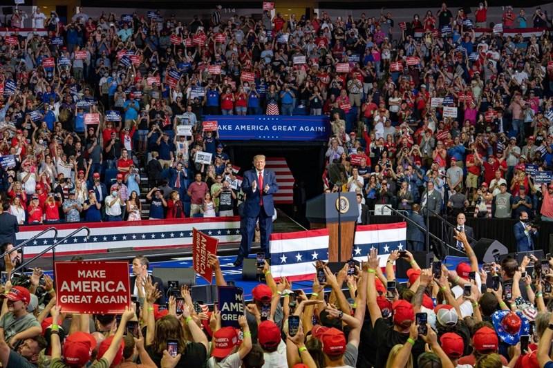 美國總統川普上週在奧克拉荷馬州杜爾沙舉辦選舉造勢大會,前往採訪的當地媒體記者26日表示自己確診武漢肺炎。(圖取自twitter.com/realDonaldTrump)