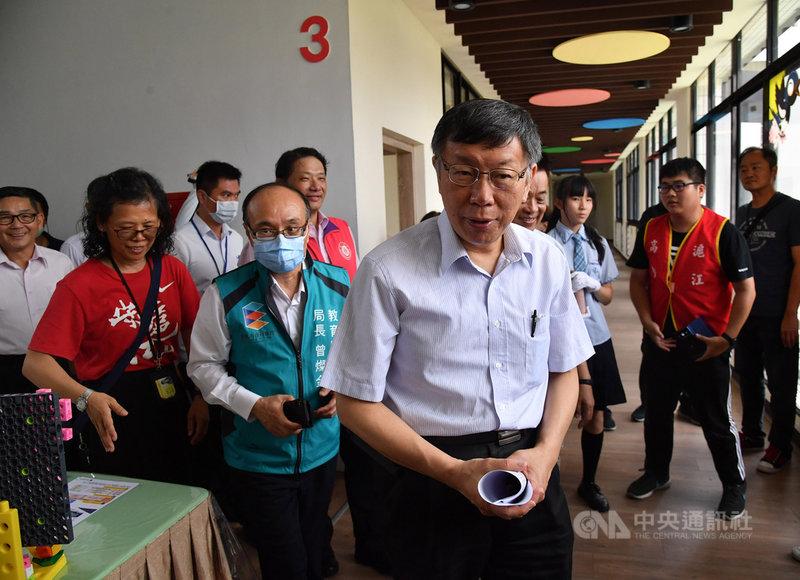 台北市長柯文哲(前中)23日出席台北市準公共幼兒園簽約暨政策宣示記者會,會後受訪指出,核准大巨蛋建照變更是件大事,之後會在記者會上把來龍去脈說清楚。中央社記者王飛華攝 109年6月23日
