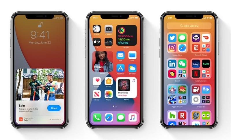 iOS 14最大的一項改變是讓主頁面有更自由的設定,方便用戶管理手機桌面,新功能有顯示小工具、自動整理應用程式和畫中畫的影片播放。(圖取自蘋果公司網頁apple.com)