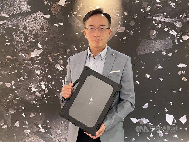 電腦品牌廠宏碁共同營運長高樹國24日接受媒體聯訪,並展示新發表的強固型筆電。中央社記者吳家豪攝 109年6月24日