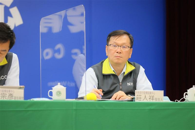 台灣普篩聲浪再起,疫情指揮中心發言人莊人祥25日表示,台灣基於華航紐約回台班機經驗,決定維持有症狀且醫師懷疑才採檢的政策。(中央流行疫情指揮中心提供)中央社