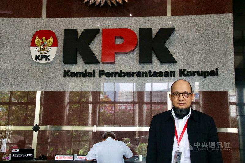 印尼肅貪委員會調查員諾維爾22日指出,肅貪委員會成員屢遭暴力威脅,這些案件卻從未查個水落石出,總統佐科威應成立獨立小組調查,鼓勵肅貪人員勇於打擊貪污。中央社記者石秀娟雅加達攝 109年6月26日