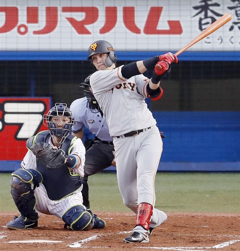 日本職棒26日讀賣巨人對上養樂多隊的比賽,陽岱鋼先發打第5棒,首打席就敲出陽春砲,本季首轟出爐,還演出3安猛打賞。(共同社提供)