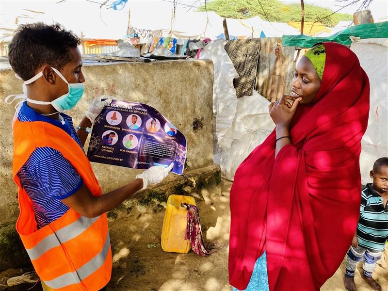 許多欲入境索馬利亞的移民告訴聯合國核查人員,他們從未聽過2019冠狀病毒疾病。圖為一名入境索馬利亞的衣索比亞移民,被相關人員宣導防疫資訊。(圖取自twitter.com/IOM_Somalia)