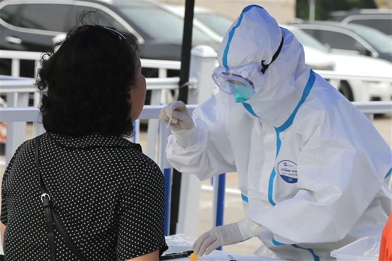 北京市海淀區一對夫婦日前確診武漢肺炎,但兩人都未曾到過這波疫情爆發點新發地市場,也無相關接觸史。圖為北京加強對市民核酸檢測。(中新社提供)