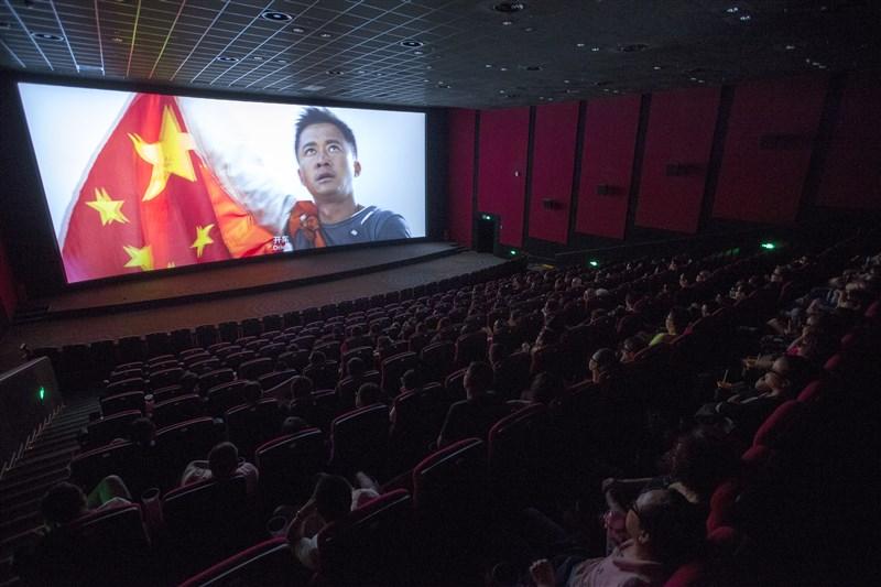 中國學生多成長於改革開放時代,他們在嚴格的審查制度和日益強勢的愛國主義宣傳中長大,像「戰狼2」這樣的電影激勵了許許多多的中國年輕人。圖為2017年8月「戰狼2」在中國上映。(檔案照片/中新社提供)