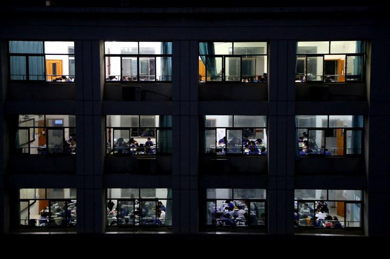 中國近來連續曝光幾起多年前被冒名頂替上大學的事件,民眾質疑「沒想到連應當最公平的大學入學考試都不可信」。圖為江蘇省一所高中,學生夜自習準備高考。(中新社提供)