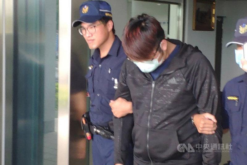 台南市一名4歲女童約2週前疑遭繼父管教時被熱水燙傷,加上延誤就醫,導致傷勢嚴重。台南地檢署28日晚間指出,檢察官訊問女童繼父(左2)後,向法院聲請羈押禁見。中央社記者楊思瑞攝 109年6月28日