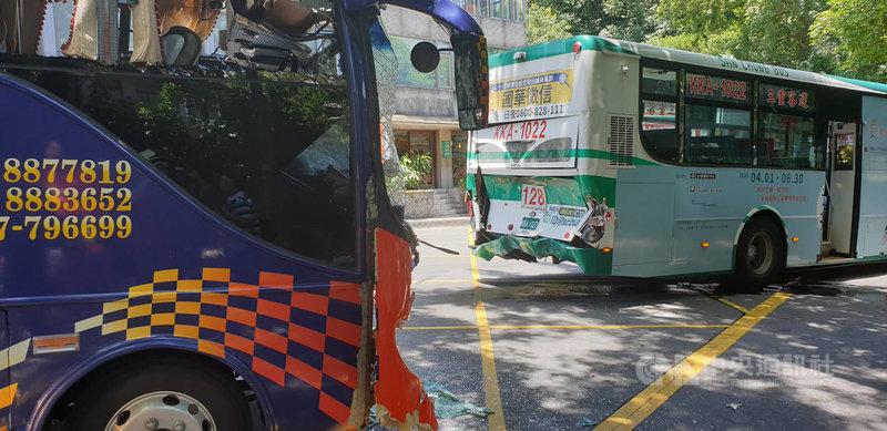 台北市陽明山湖山路1段28日中午發生公車和遊覽車擦撞事故,造成24人受傷,其中一人疑似骨折,其餘均為輕傷,詳細肇事原因待後續調查釐清。(民眾提供)中央社記者黃麗芸傳真 109年6月28日