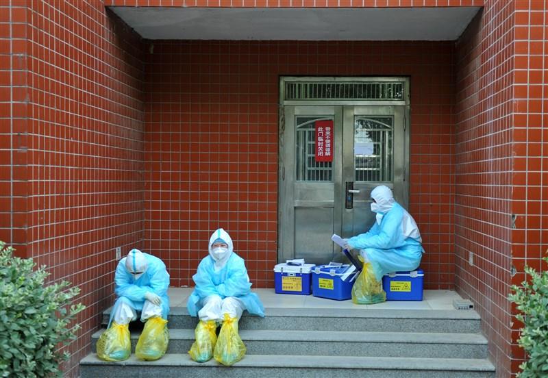 中國27日新增14例武漢肺炎本土確診病例,全都在北京。而和北京相鄰的河北省雄安新區安新縣也啟動封閉式管理。圖為23日雄安新區安新縣醫院醫護人員坐在台階上休息。(中新社提供)